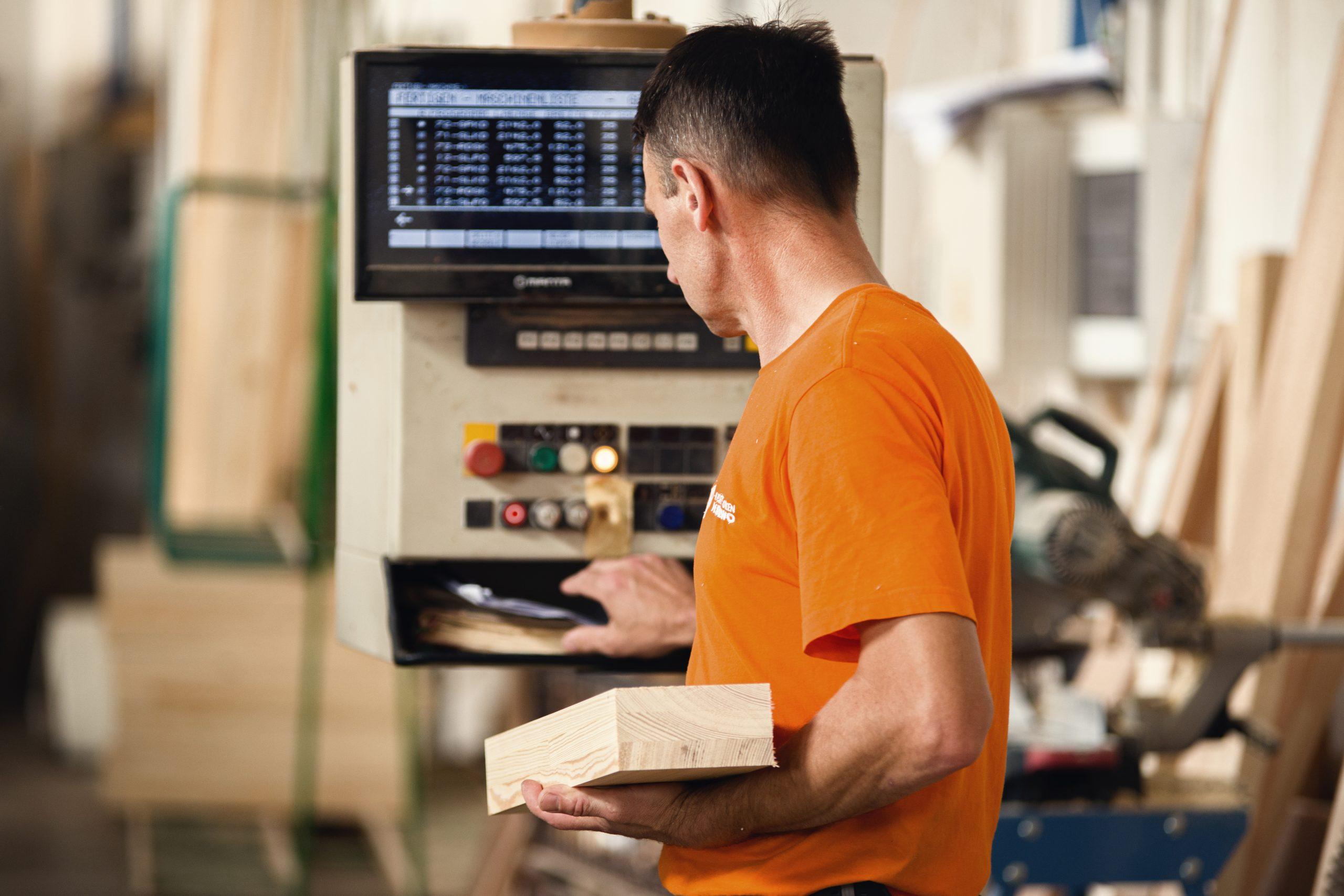 pracownik przy produkcji okien
